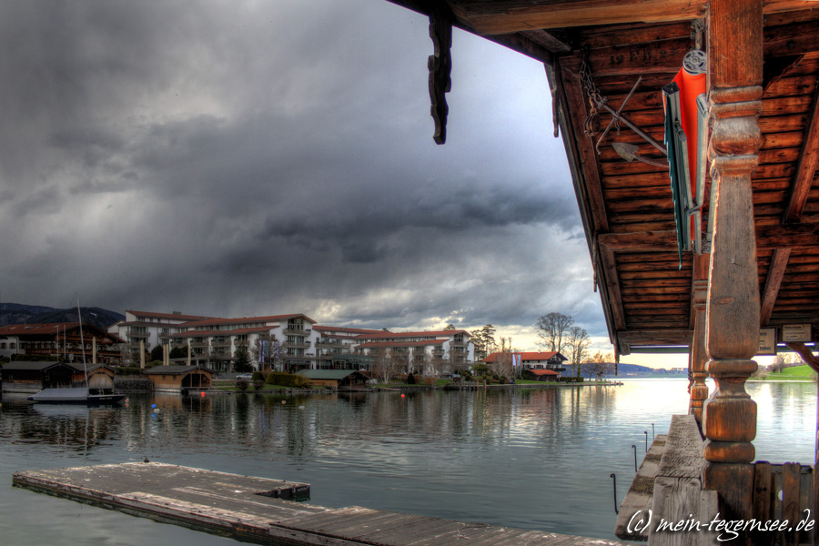 Dunkle Wolken über dem Tegernsee und Seehotel Überfahrt