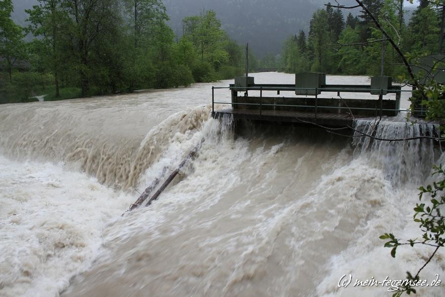 Die Weissach auf Höhe des Eisernen Stegs kann die Wassermassen nicht mehr bändigen.