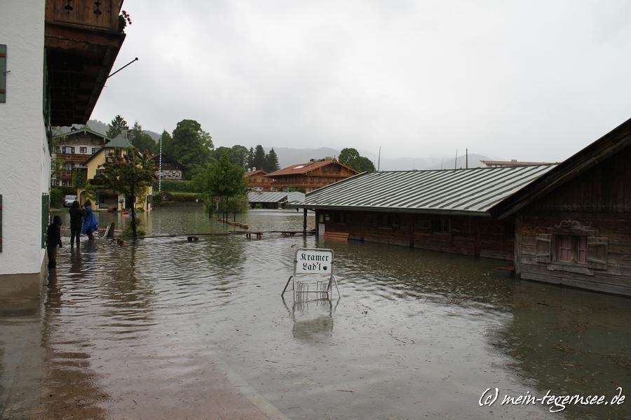 Die Seestraße in Rottach-Egern total überflutet. Beim Malerwinkl.