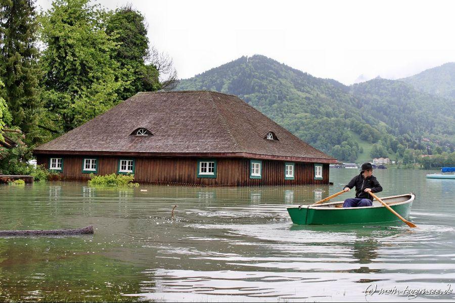 Beim Friedlhof in Bad Wiessee. Das Gartenhaus ist nur per Ruderboot erreichbar.