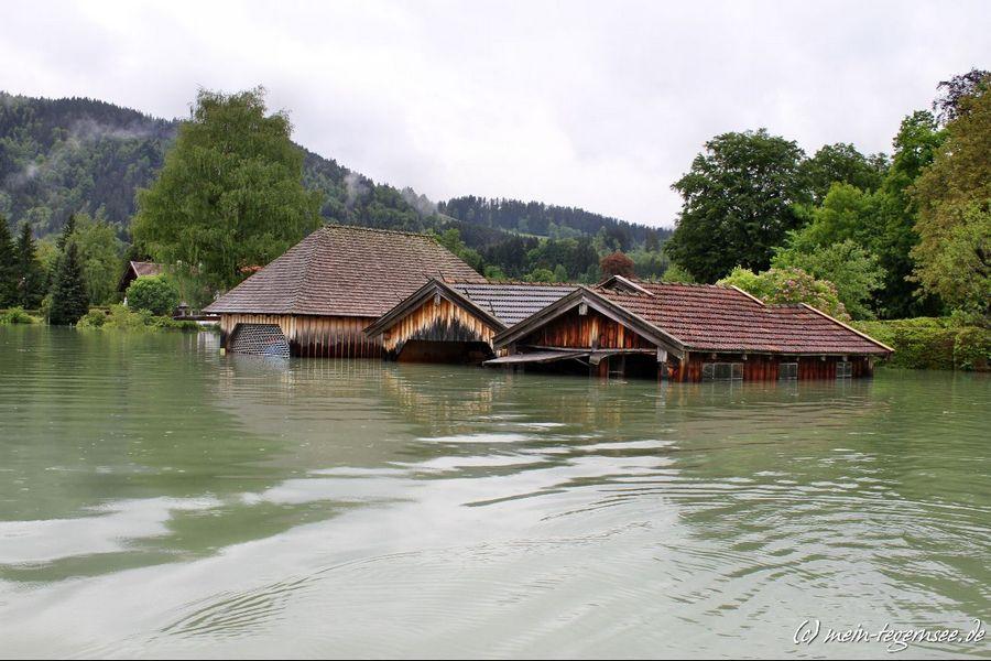 Blick vom Tegernsee auf die Häuser im Uferbereich von Bad Wiessee.
