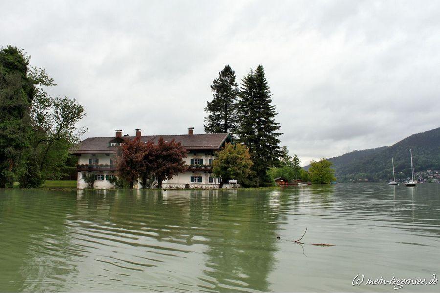 Ufernahe Grundstücke und Häuser am Tegernsee unter Wasser.