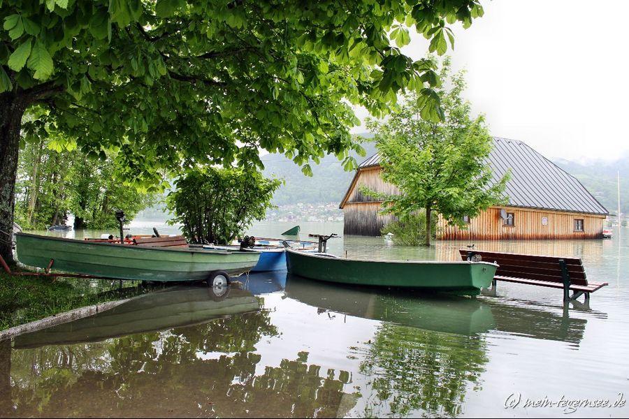 Selbst das Bootshaus der Wasserwacht Bad Wiessee ist vom Hochwasser in Mitleidenschaft gezogen.