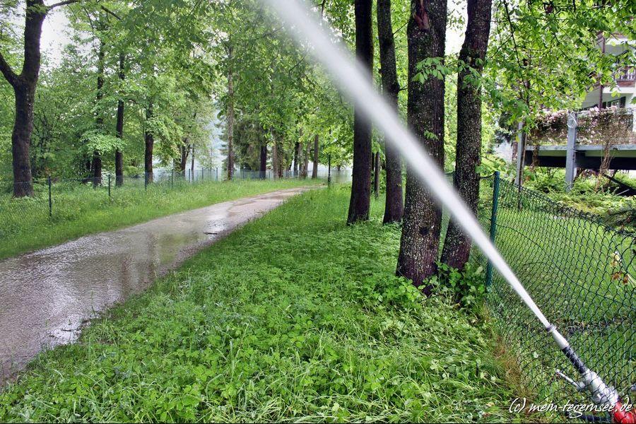 Der Medical Park in Bad Wiessee muss mit schwerem Gerät das Hochwasser wegpumpen.