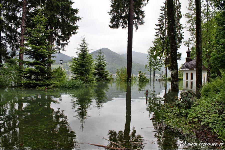 Beim Medical Park Bad Wiessee steht die Kapelle unter Wasser.