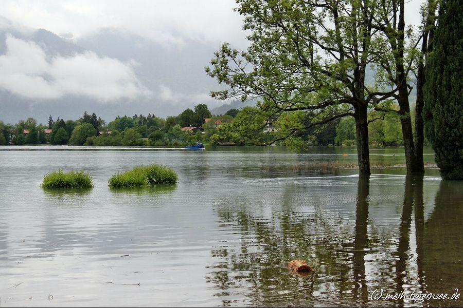 Die komplette Seepromenade Bad Wiessee steht tief unter Wasser.