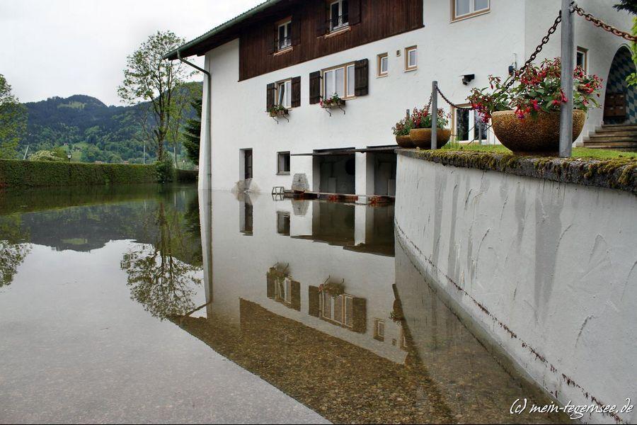 Das Hochwasser ist schon um ca. 15 cm zurückgegangen wie man an der Wand rechts gut sehen kann.