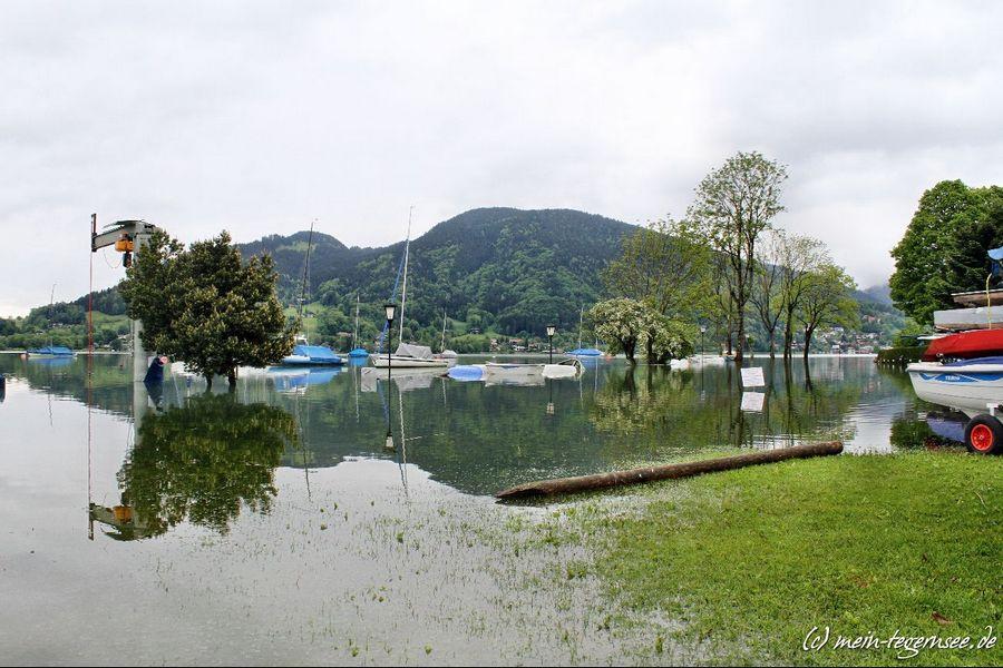 Blick über den See und die überschwemmten Bereiche beim Yacht Club Bad Wiessee.