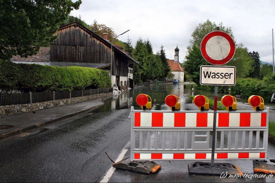 In St. Quirin ist die Straße wegen Hochwasser gesperrt. Keine Durchfahrt nach Tegernsee möglich.