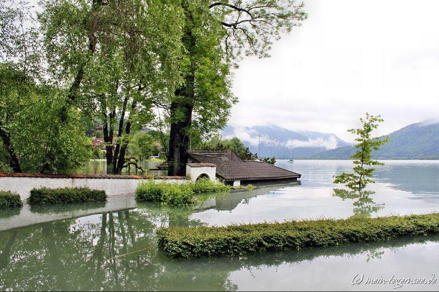 Vom Hochwasser betroffenes Anwohnergrundstück in St. Quirin am Tegernsee.