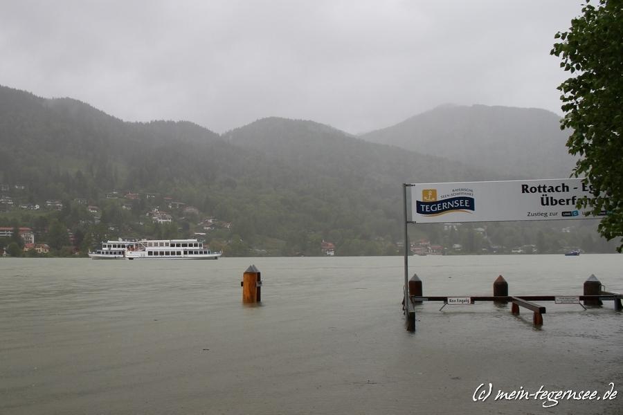 Die Seenschifffahrt am Tegernsee hat die Schiffe vorsorglich aus den Bootshäusern gefahren und mitten auf dem Tegernsee geankert. Hier beim Seehotel Überfahrt Rottach-Egern.