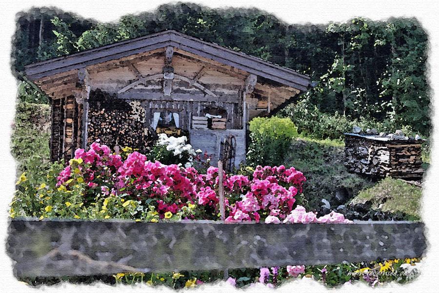 Holzhäuschen mit Blumenschmuck in Hausham