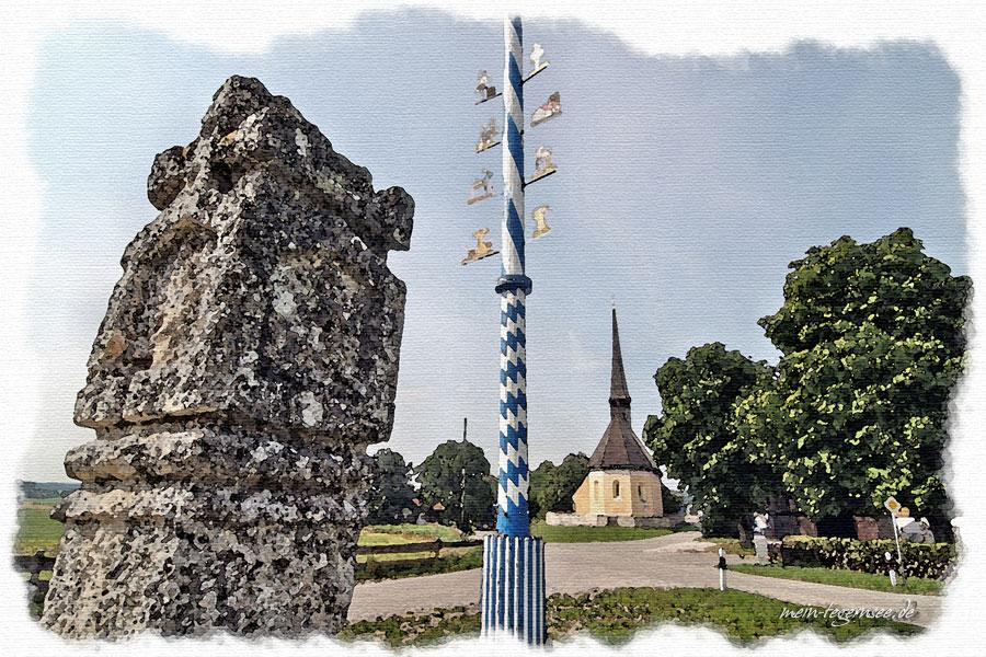 Bildstock im Ortsteil Wettlkam mit Blick auf die kath. Filialkirche Heilig Kreuz.