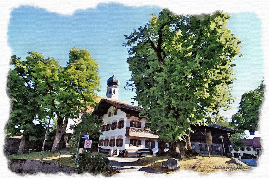Die Pfarrkirche St. Johannes der Täufer in Oberwarngau am Dorfplatz.