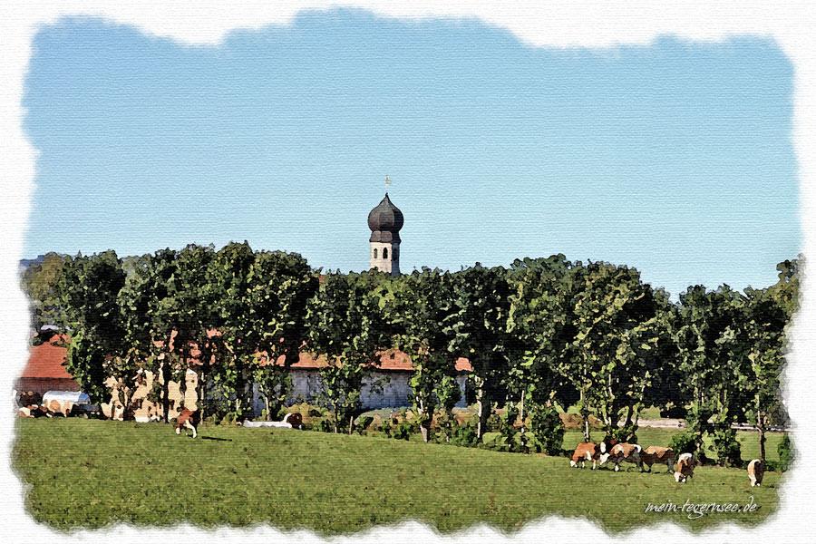 Im Hintergrund die Allerheiligenkirche im Ortsteil Allerheiligen von Warngau.