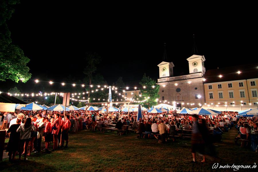 Das Waldfest im Schmetterlingsgarten Tegernsee bietet bei Nacht eine stimmungsvolles Bild vor historischer Kulisse.