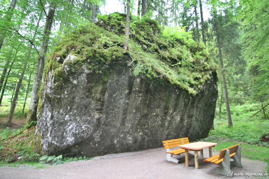Rastplatz vor imposanter Felsformation am Suttensee