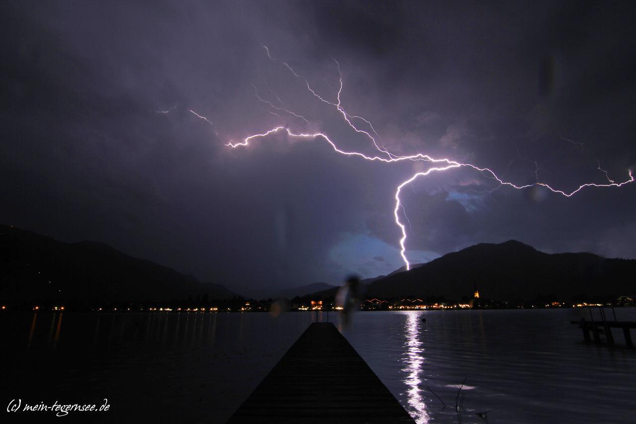 Ein mächtiger Blitz endlud sich hinter dem Ringberg.