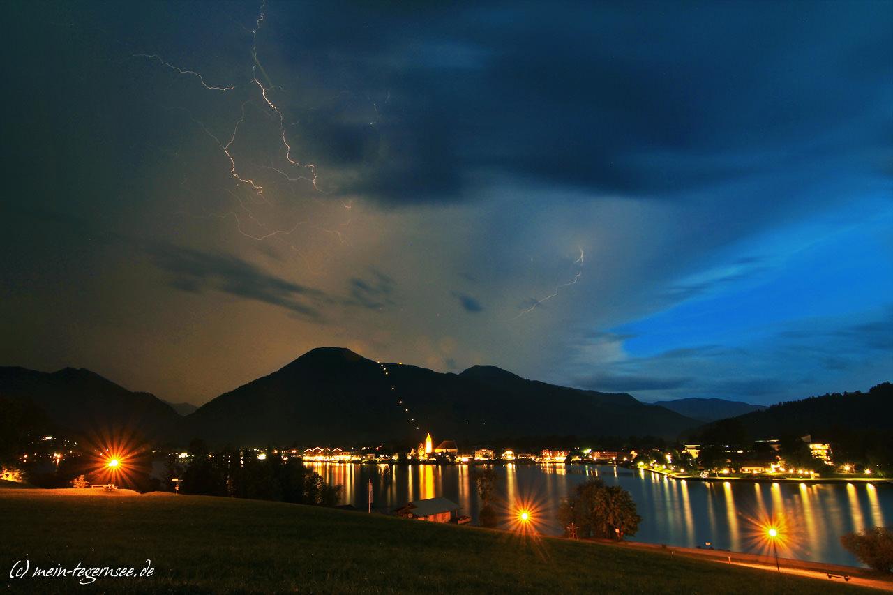 Ein Feuerwerk an Blitzen lässt den Wallberg spektakulär erleuchten.