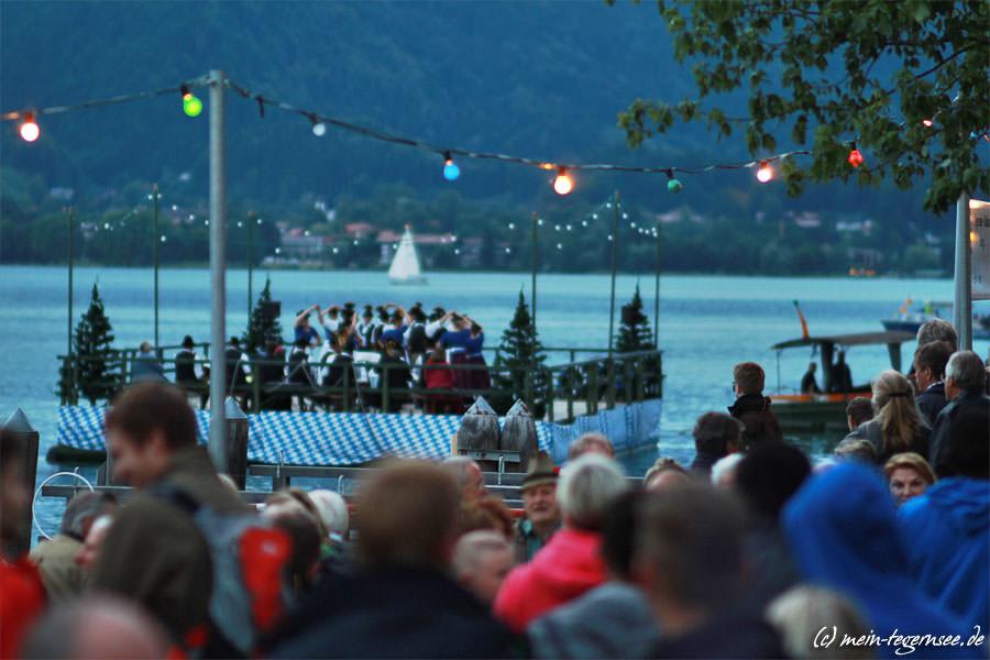 Aufführung der Trachtentänze auf dem See.